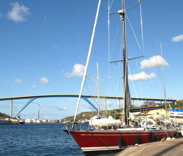 Queen Juliana Bridge в столице Кюрасао Виллемстад / Фото с Кюрасао