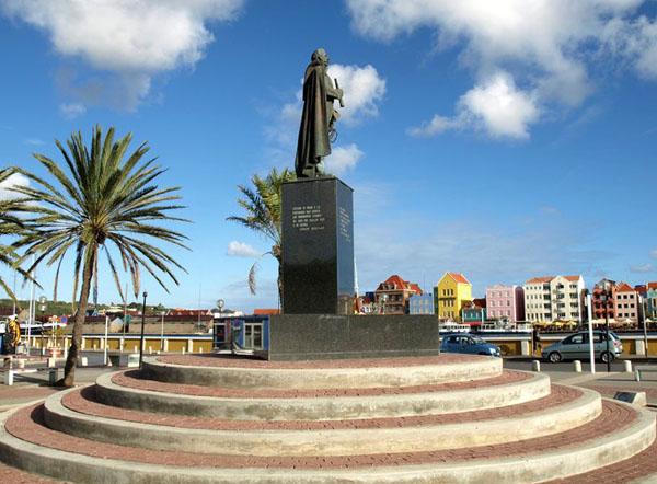 Памятник Педро Луису Бриону на площади в Виллемстаде / Фото с Кюрасао