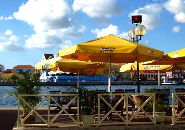 Уличное кафе на набережной, Кюрасао / Фото с Кюрасао