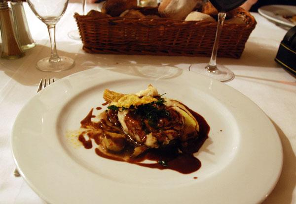 Цветок кабачка украшает блюдо из перепелки / Фото из Монако