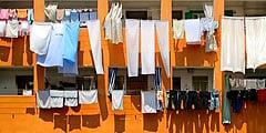 По мнению жителей, сохнущее на веревках белье создает неповторимый колорит города. // przewodnik.onet.pl