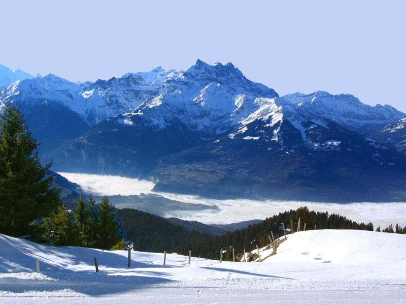 Вид со станции Ле-Шо на долину Роны и пик Дан-дю-Миди / Фото из Швейцарии