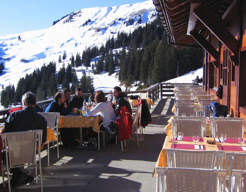 Терраса ресторана Les Mazots / Фото из Швейцарии