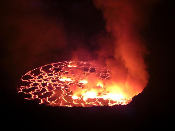 Кратер вулкана Ньирагонго ночью / Фото из Конго (бывш. Заир)