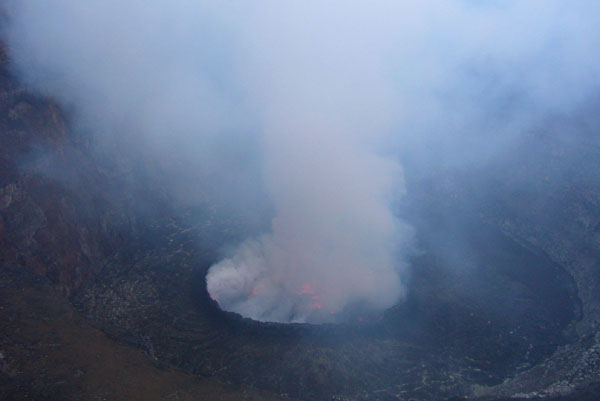 Кратер вулкана Ньирагонго / Фото из Конго (бывш. Заир)