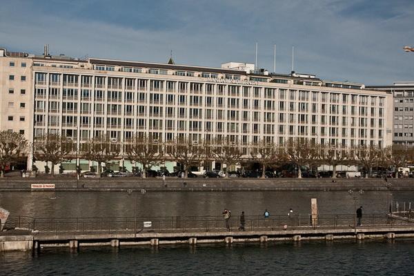 Аккуратное здание на берегу Роны