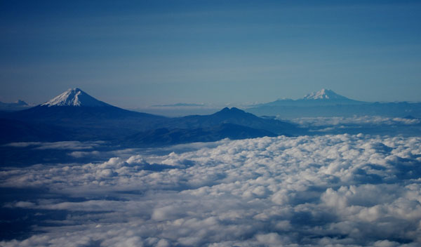 Вид с самолета на вулканы Котопахи и Чимборасо / Фото из Эквадора