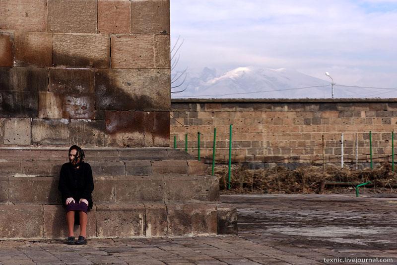 Старушка у церкви в Вагаршапате / Фото из Армении