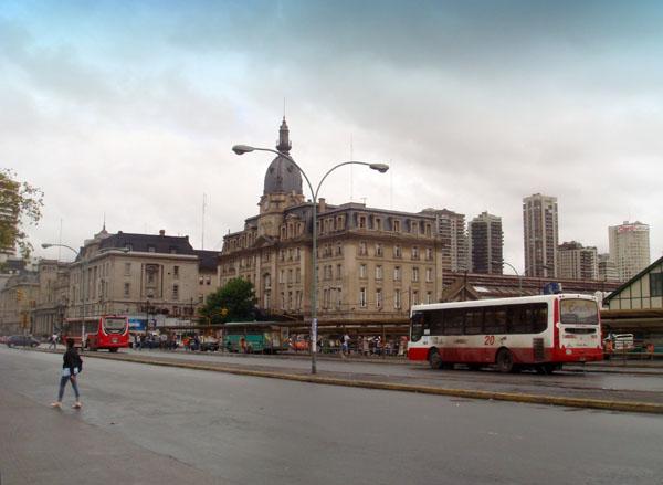 Перед вокзалом Ретиро в Буэнос-Айресе / Фото из Аргентины