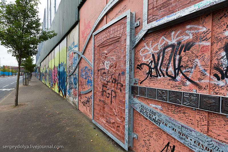 """Стена в Белфасте. Белфаст - город, построивший """"Титаник""""."""