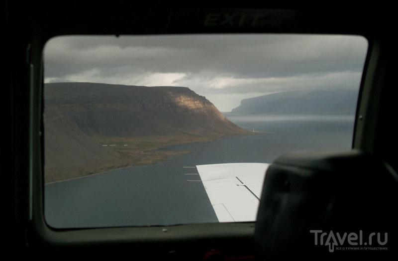 Вид на фьорд из иллюминатора самолета / Фото из Исландии