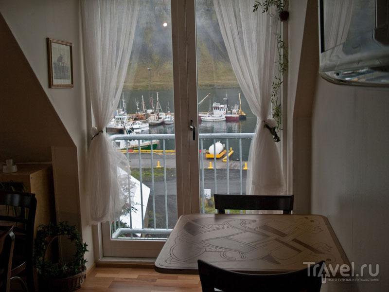 Вид на порт из ресторана в Бильдудалуре / Фото из Исландии