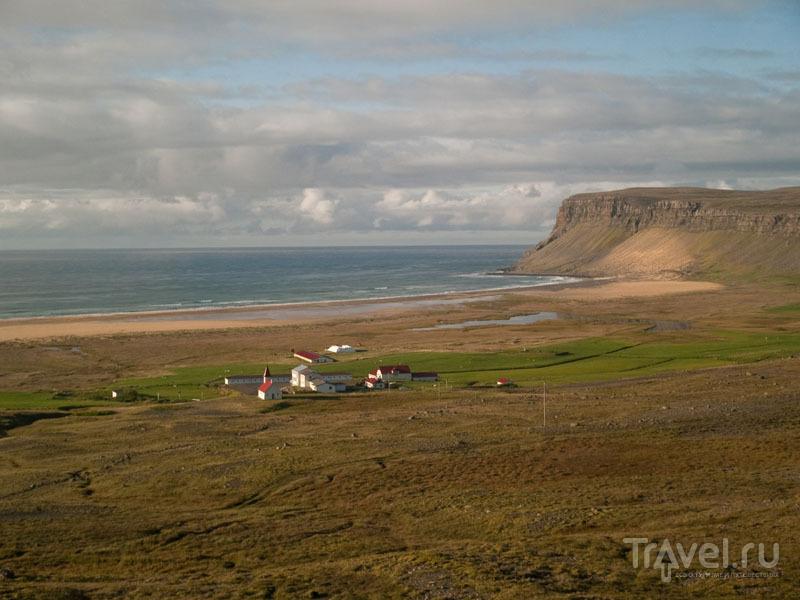 Вид на фьорд и поселок Breidavik / Фото из Исландии