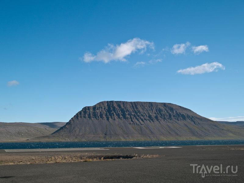 Сразу за взлетно-посадочной полосой бушует море / Фото из Исландии