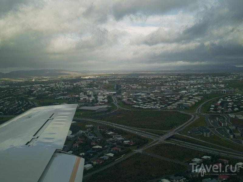 Рейкьявик под крылом самолета / Фото из Исландии