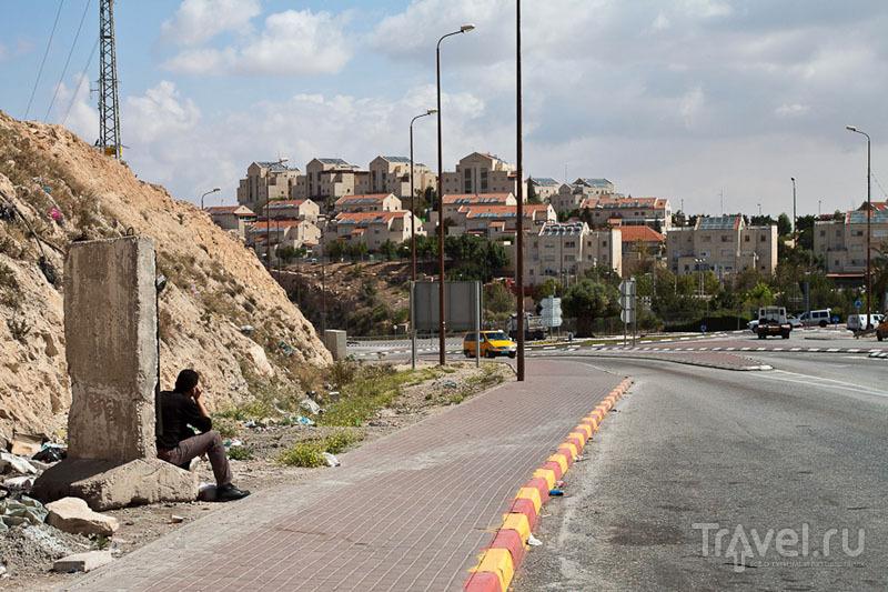 Мужчина с палестинских территорий смотрит на еврейский город / Фото из Палестины