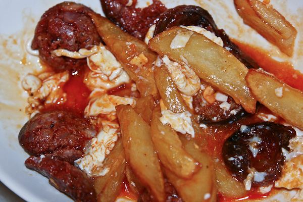 колбаски, картошка, кетчуп, майонез - тоже тапас! / Испания