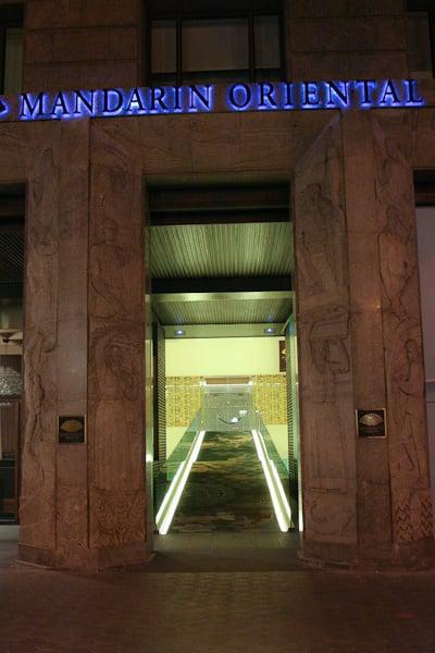 вход в отель ночью / Испания