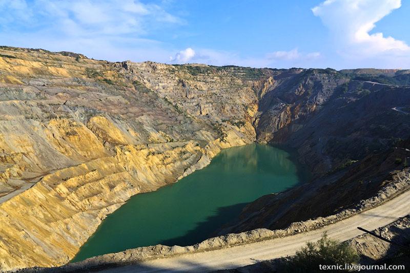 Озеро в карьере Майданпек в Сербии / Фото из Сербии