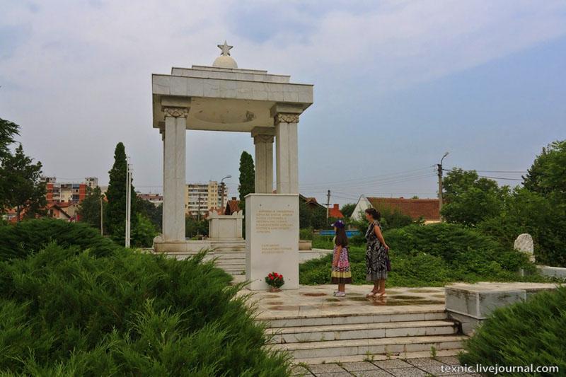 Захоронение советских солдат на кладбище в Заечаре, Сербия / Фото из Сербии