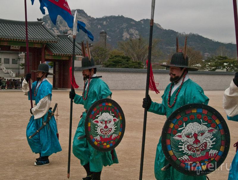 Колоритные участники церемонии смены караула / Фото из Южной Кореи