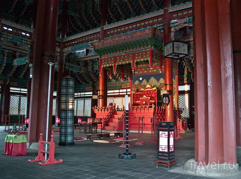 Тронный зал в здании Geunjeongjeon, Кёнбоккун / Фото из Южной Кореи
