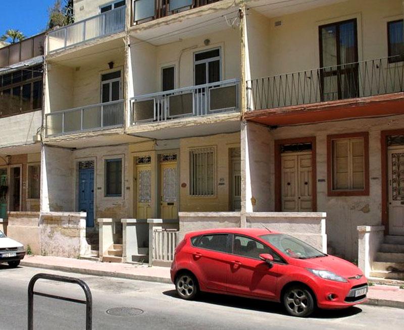 Многоквартирный дом курорта Буджиба / Фото с Мальты