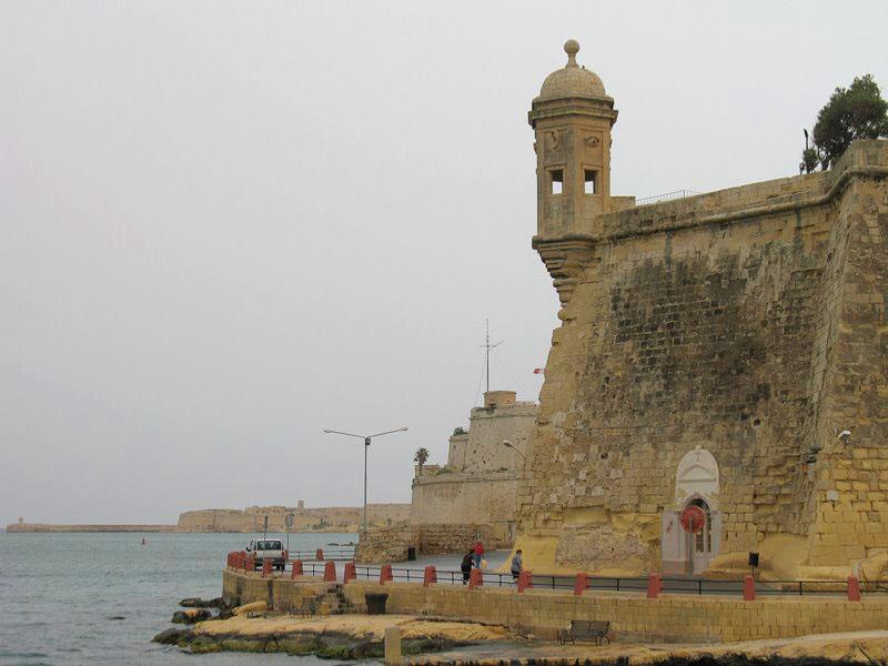 Форты старых городов на Мальте расположены на пиках береговой синусоиды / Фото с Мальты