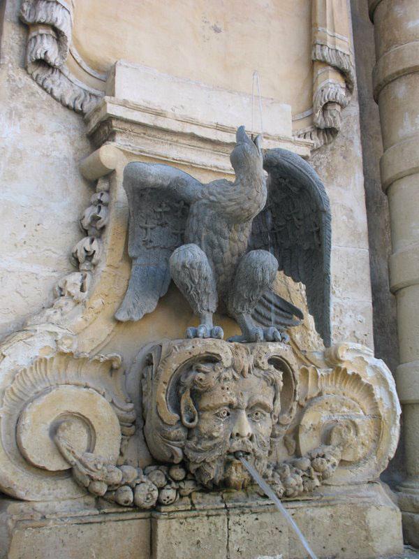 Деталь фонтана на площади перед Дворцом Великих магистров на Мальте / Фото с Мальты