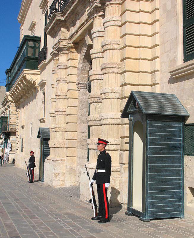 Караульные на Мальте меняются будками каждые пять минут / Фото с Мальты