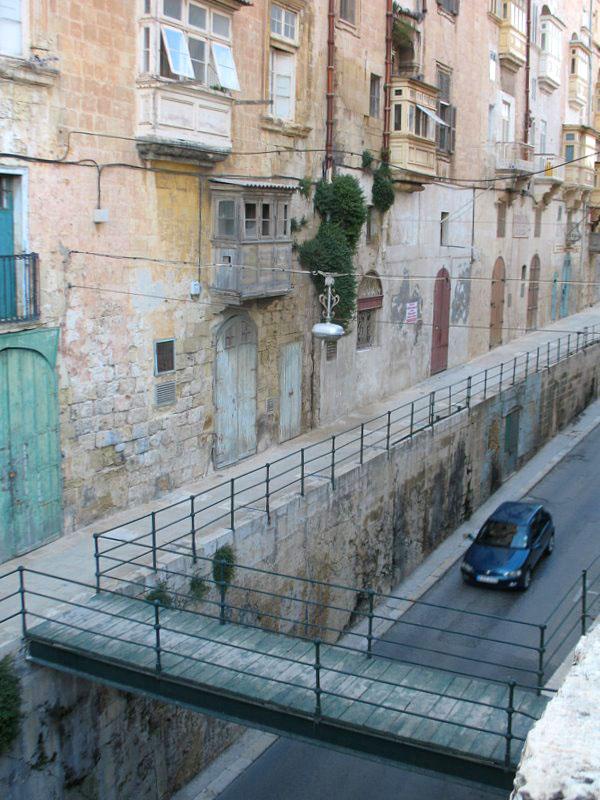 Улица Валетты, идущая под горку / Фото с Мальты