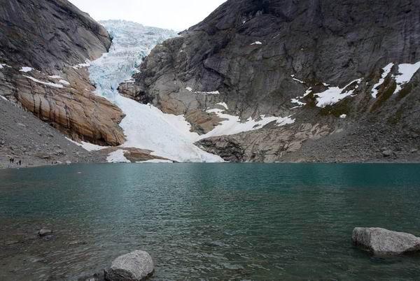 Горное озеро на леднике Юстедалсбре в Норвегии / Фото из Норвегии
