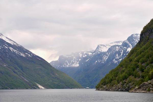 Озеро среди гор в Норвегии / Фото из Норвегии