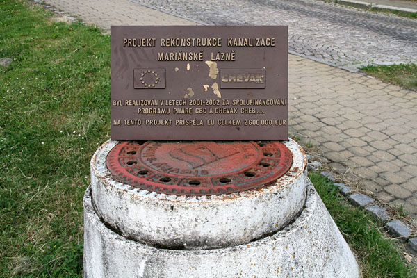 Мемориальная доска о замене канализации в Марианске-Лазне / Фото из Чехии