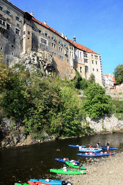 У стены замка в городе Чески-Крумлов / Фото из Чехии