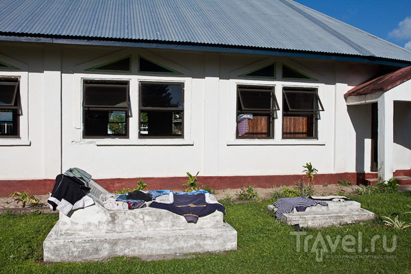 Одежда сушится на могилах / Фото с Западного Самоа