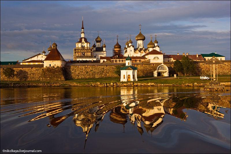Вид на Соловецкий кремль с озера / Фото из России