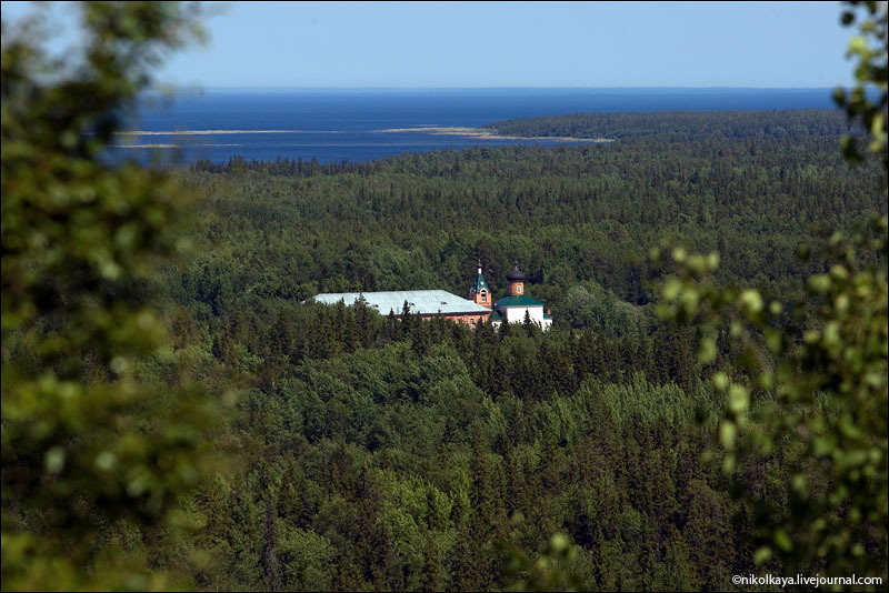 Вид с горы на Большой Соловецкий остров / Фото из России