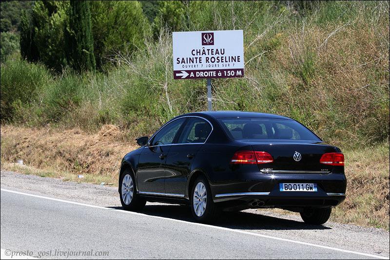 Машина на дороге Прованса / Фото из Франции