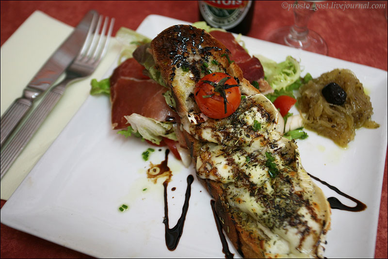 Тосты с расплавленным козьим сыром и салатом / Фото из Франции