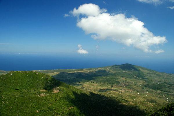 Вид с Монтанья-Гранде - самой высокой точки острова Пантеллерия / Фото из Италии