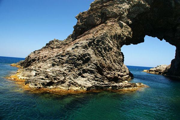 """""""Арка слона"""" у побережья острова Пантеллерия / Фото из Италии"""