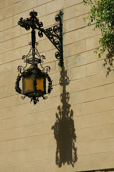 Фонарь на стене в Чефалу / Фото из Италии