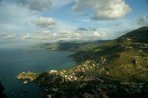 Вид со скалы La Rocca вдоль побережья на восток / Фото из Италии