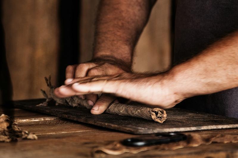 Скрутка кубинской сигары / Фото с Кубы