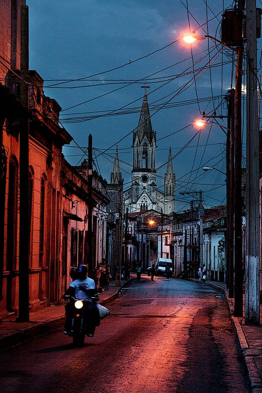 Вечерняя улица Камагуэя / Фото с Кубы