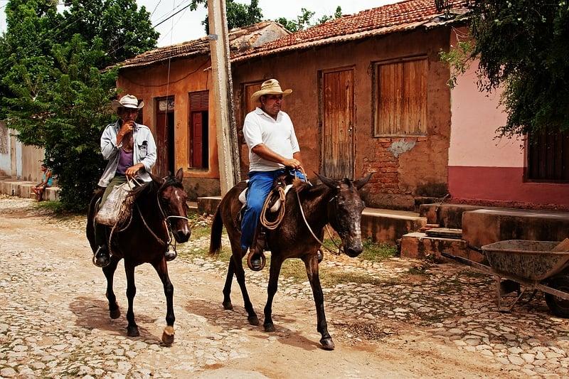 Всадники на улице Тринидада / Фото с Кубы
