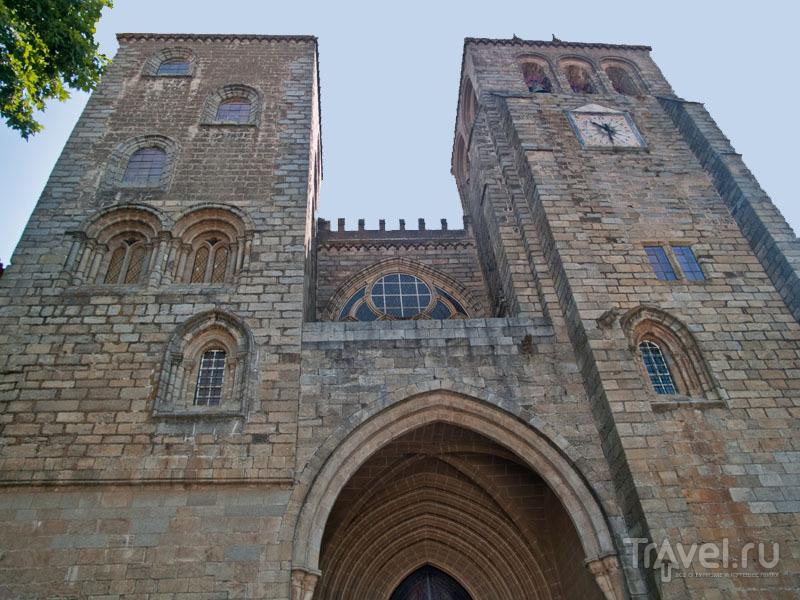 Несимметричные башни кафедрального собора, Эвора / Фото из Португалии