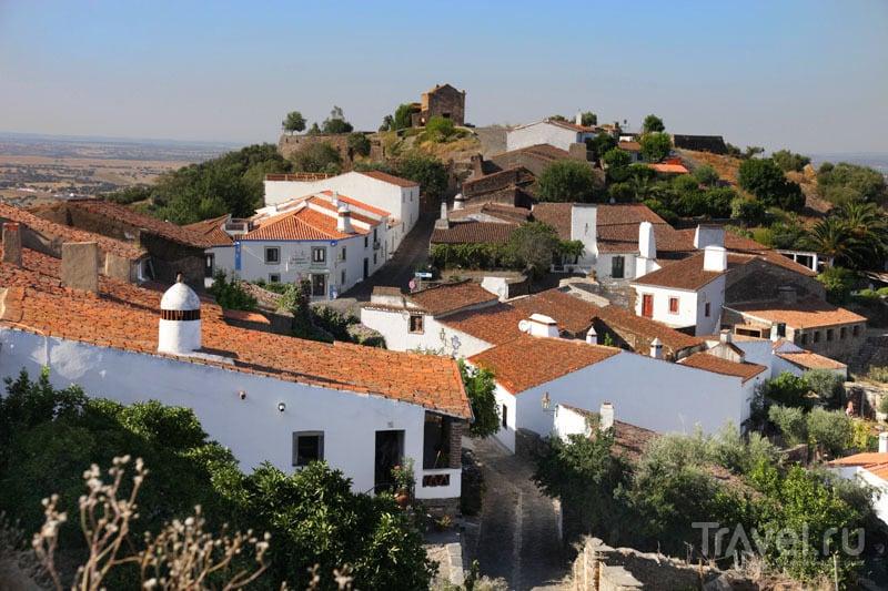 Несколько домов вне крепости Монсараша / Фото из Португалии