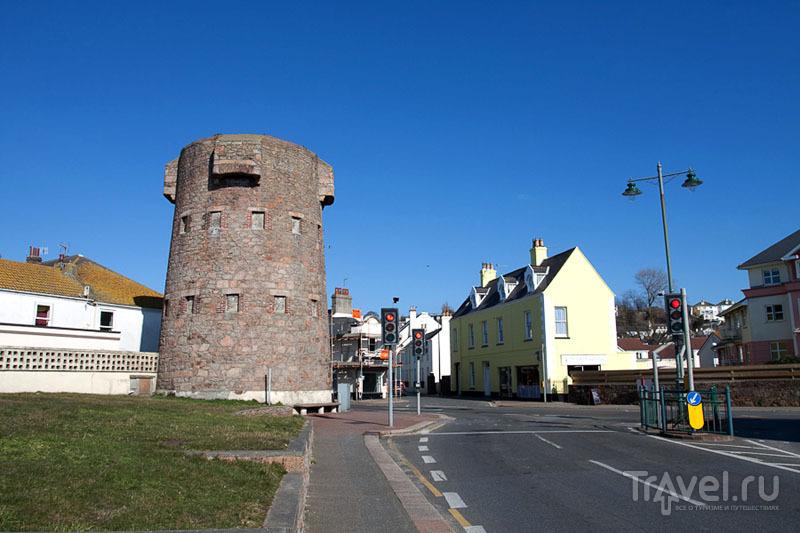 Башня посреди города на острове Джерси / Фото из Великобритании